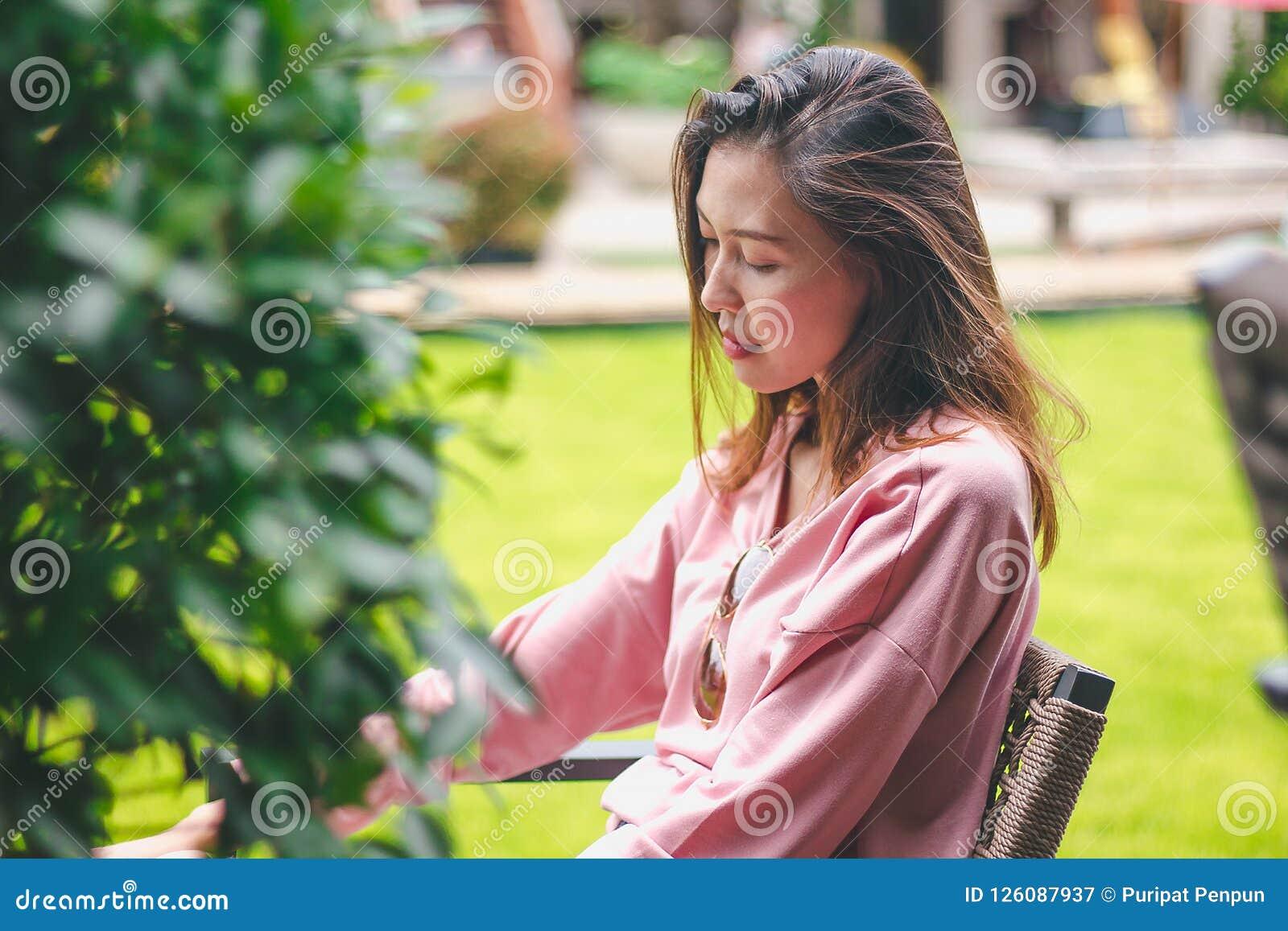 Девушка сидя на стуле отсутствующ-мысляща
