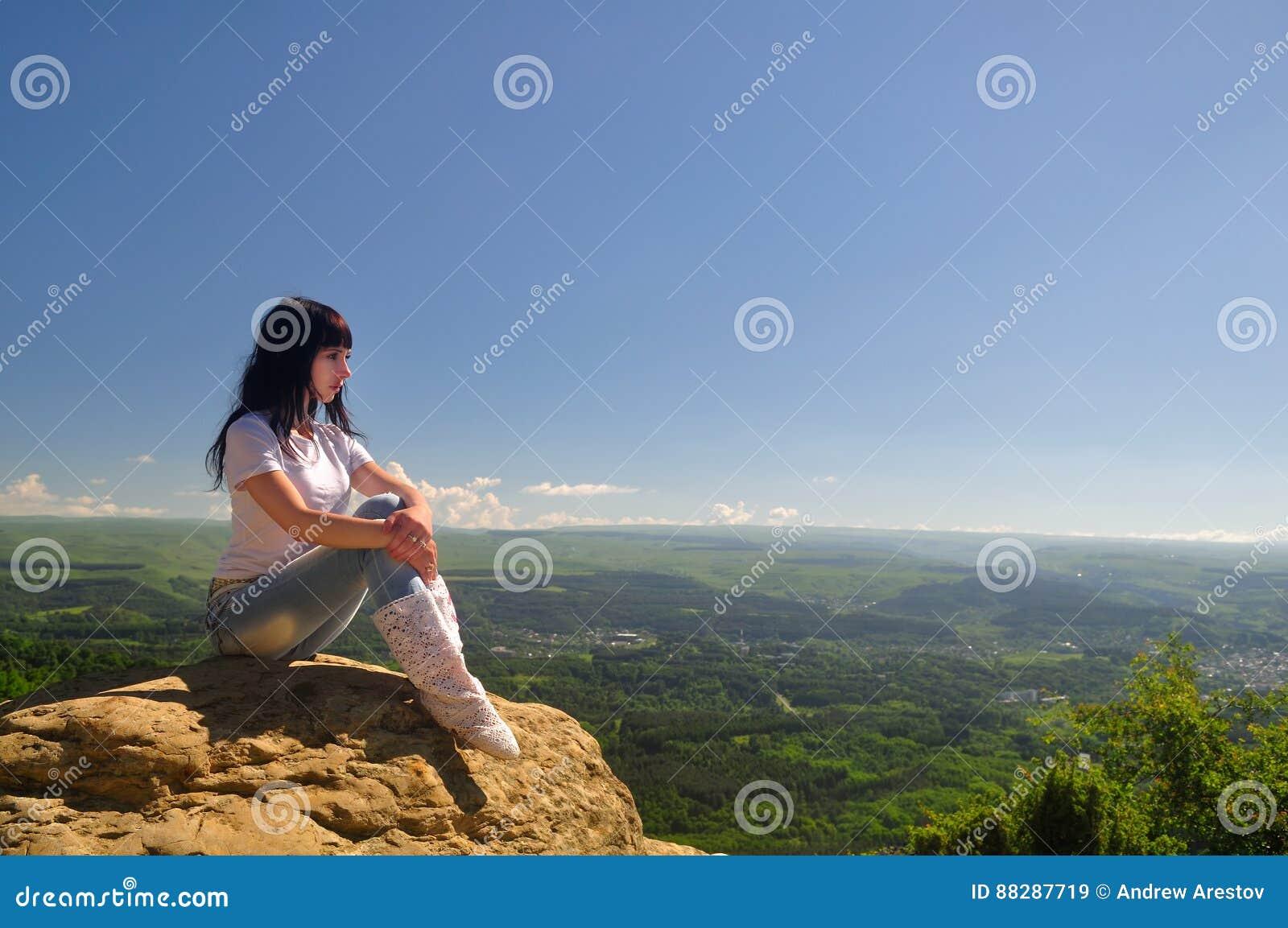 Фото девушки осенью возле скал 10