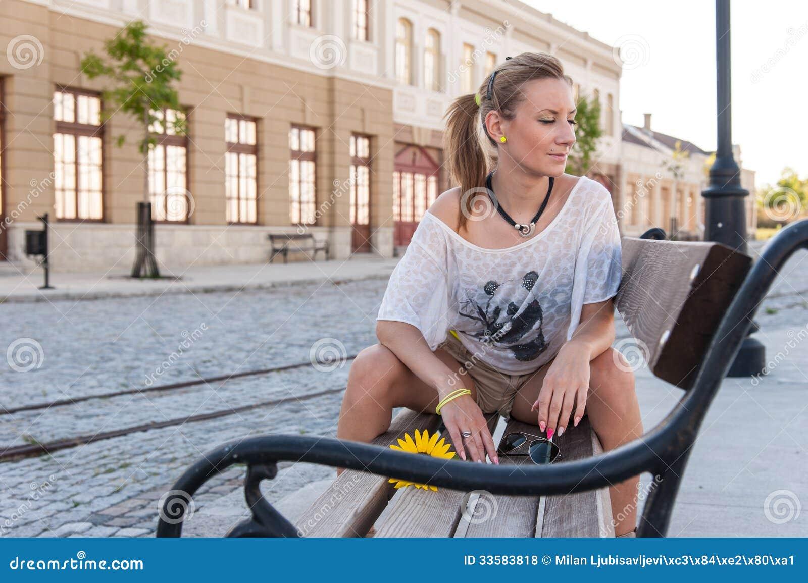 девушка сидя напротив показала какое-то