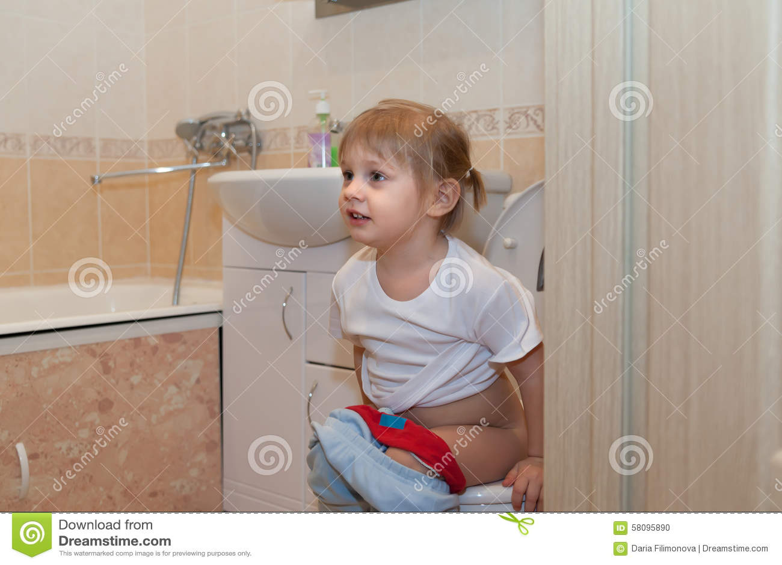 Смотреть онлайн писающих девушек крупно, Девки писают в туалете крупным планом 22 фотография