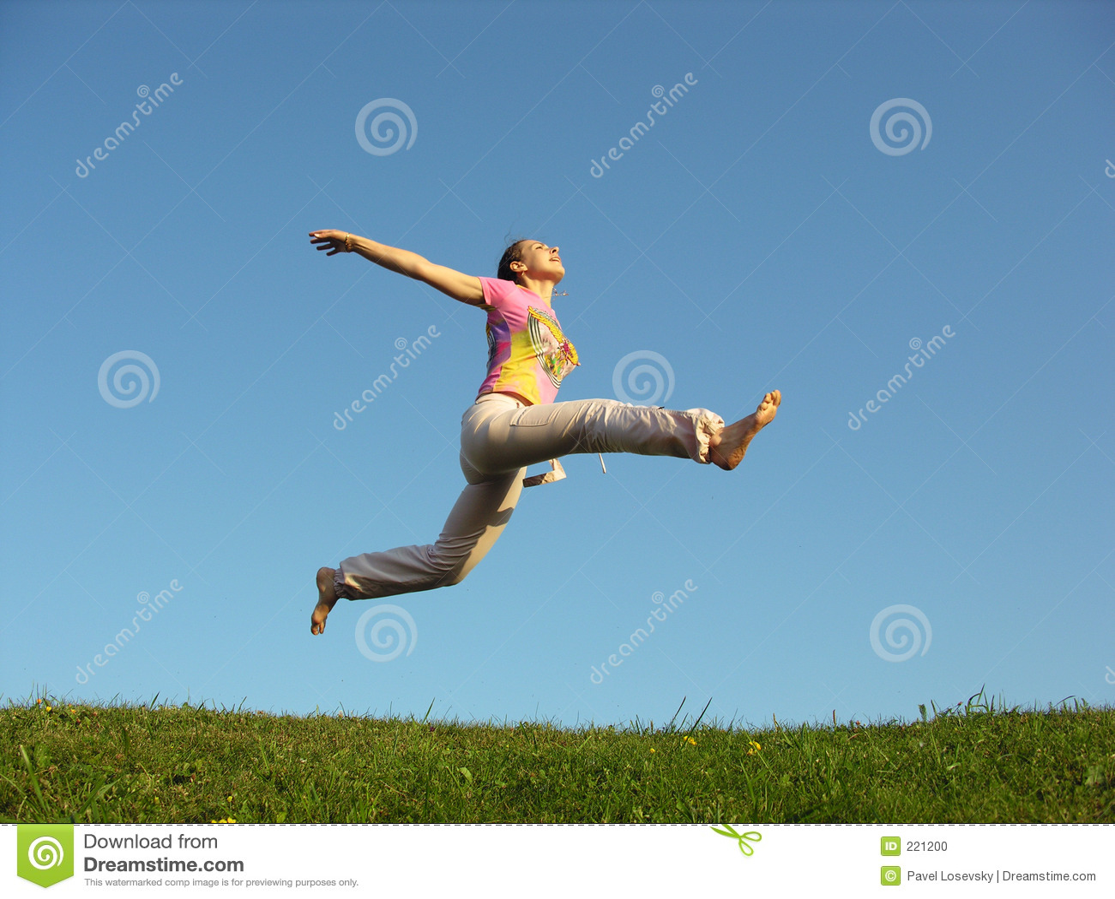 девушка скачет небо вниз