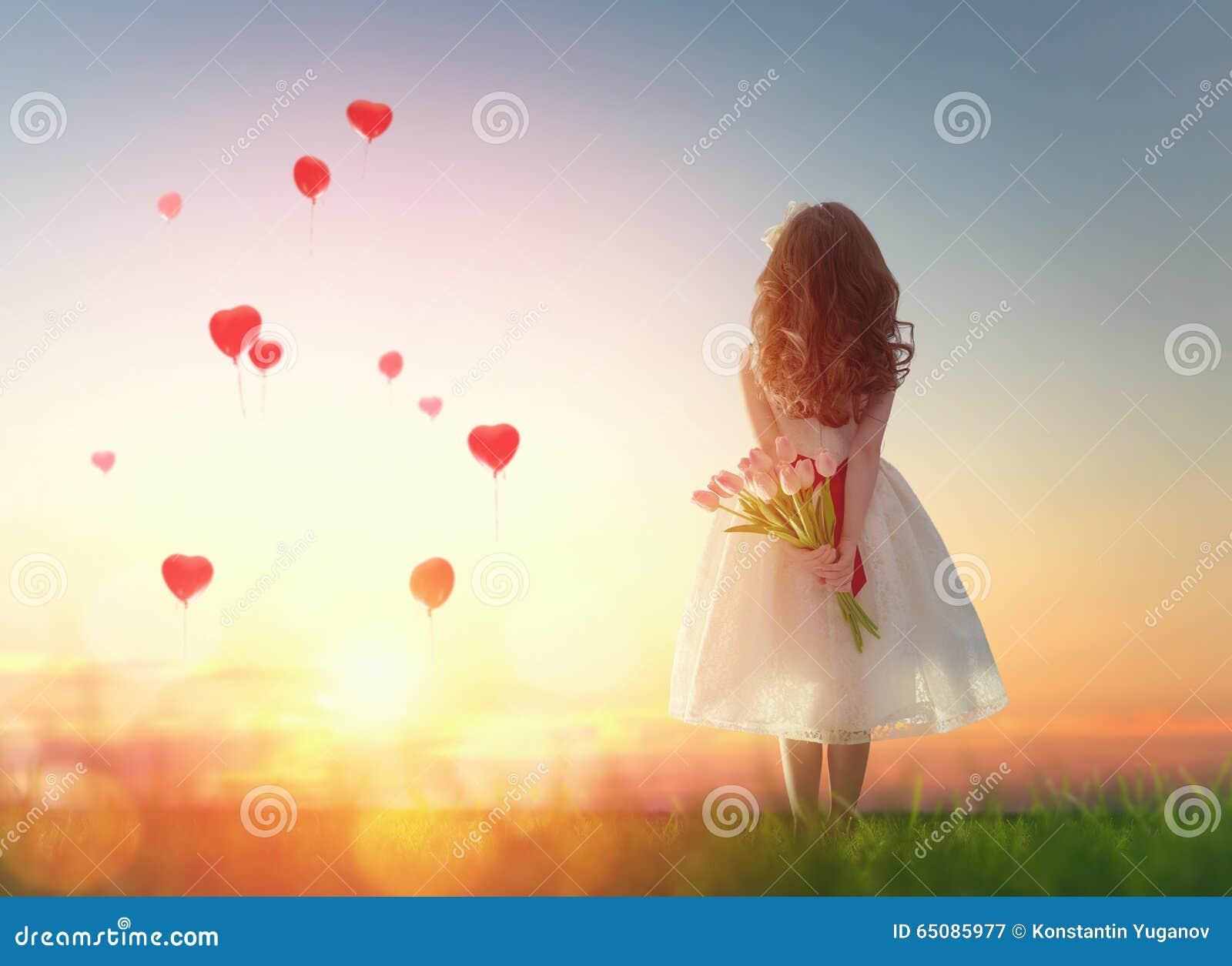 Девушка смотря красные воздушные шары