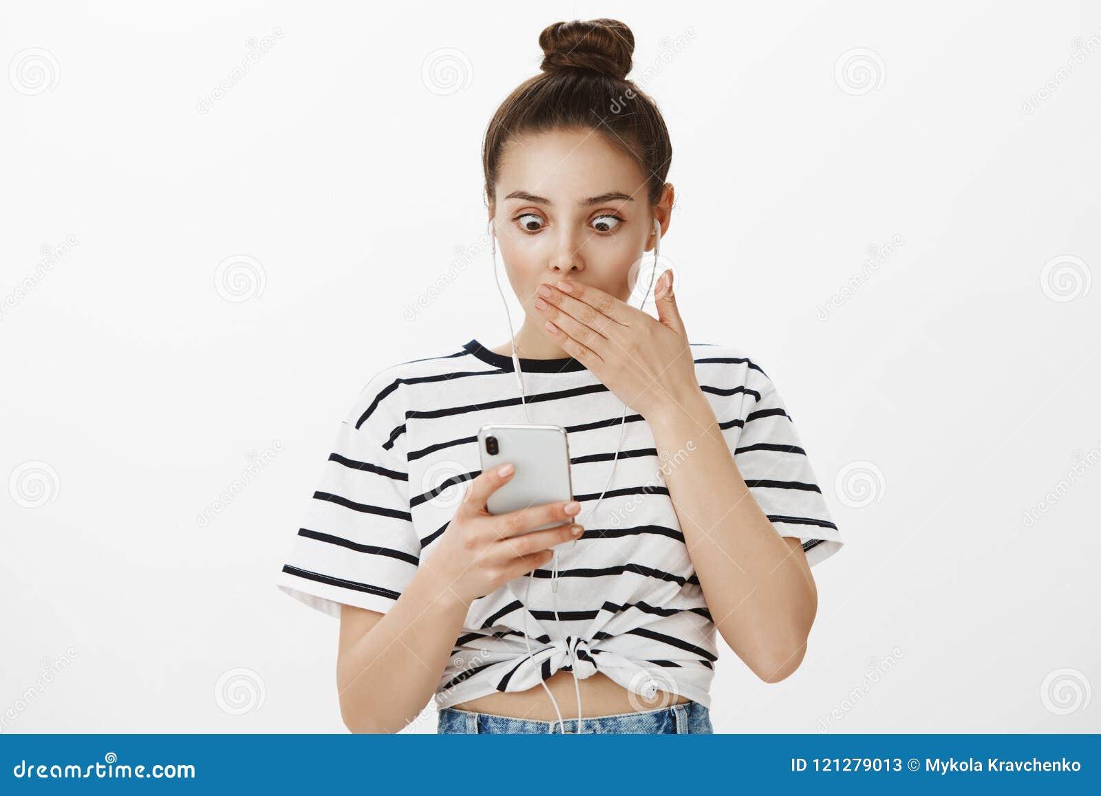 Девушка совершила ужасная ошибка посылая неправильное фото для того чтобы хозяйничать Портрет сотрясенной привлекательной женстве
