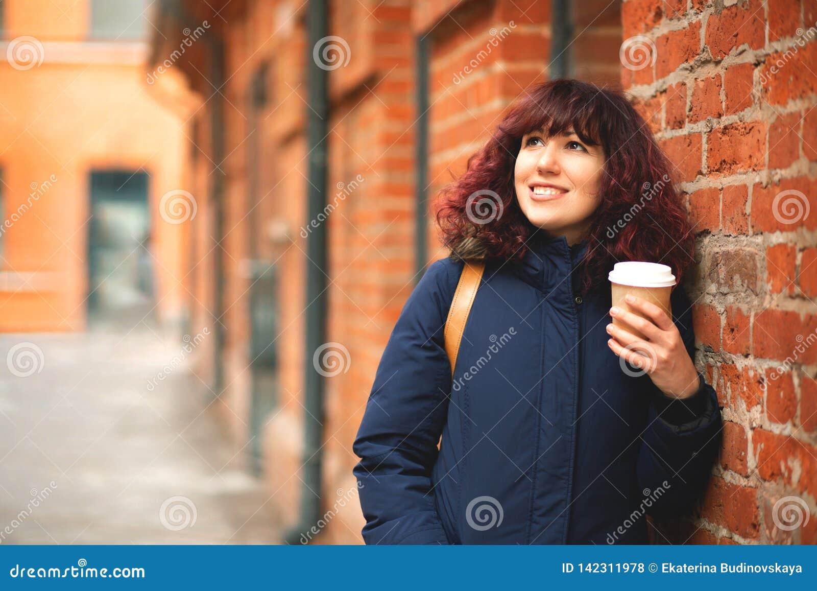 Девушка со стеклом кофе в руке