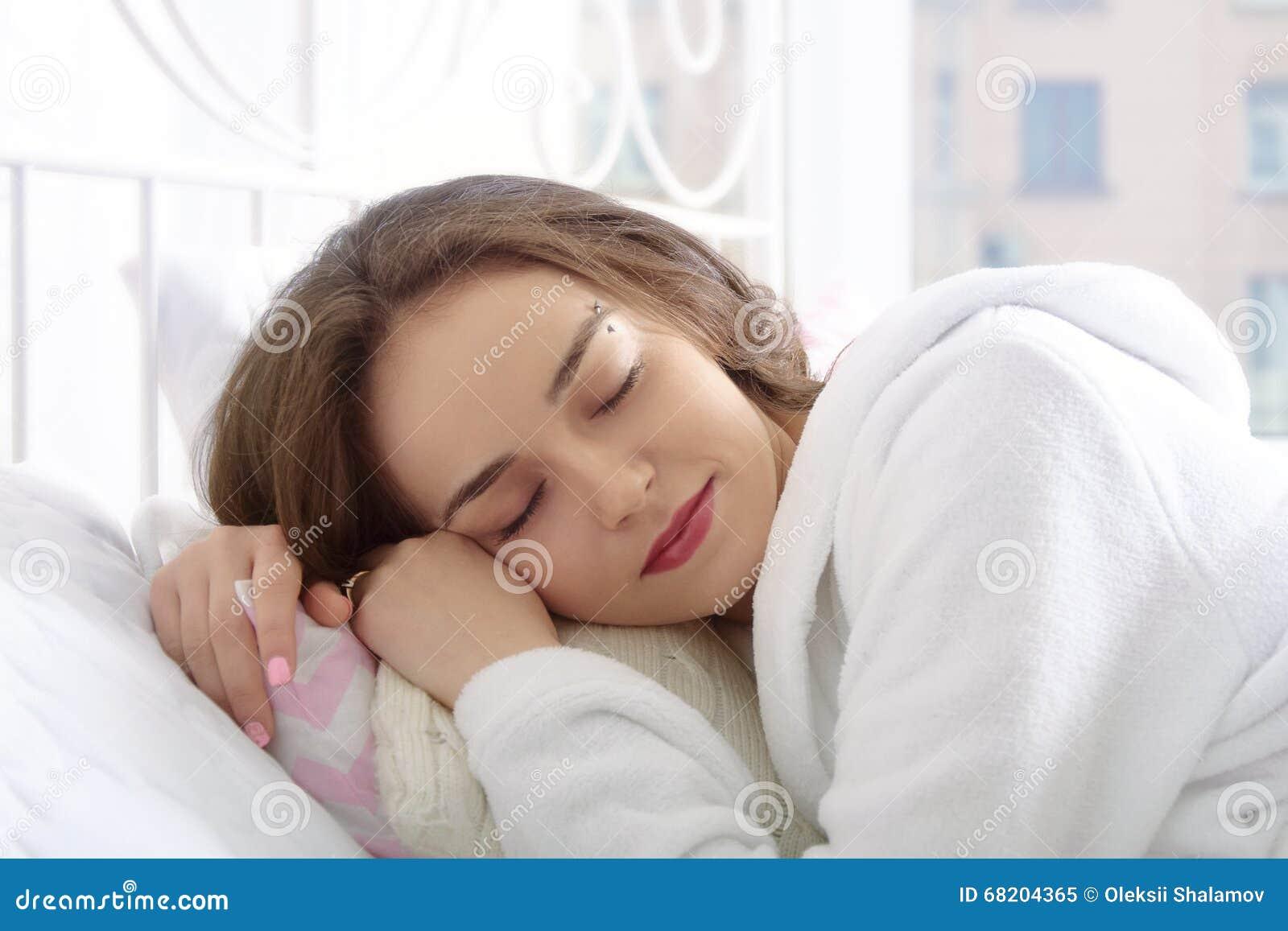 Смотреть спит в платье на кровати видео отсосала туалете порно