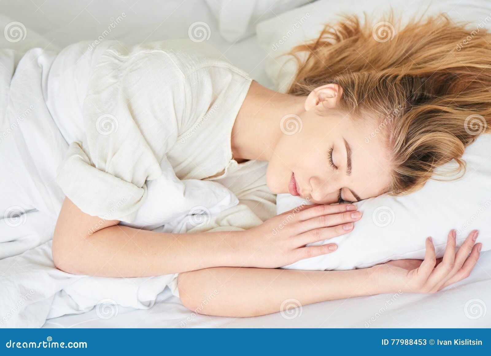 Баба спит в кровати видео