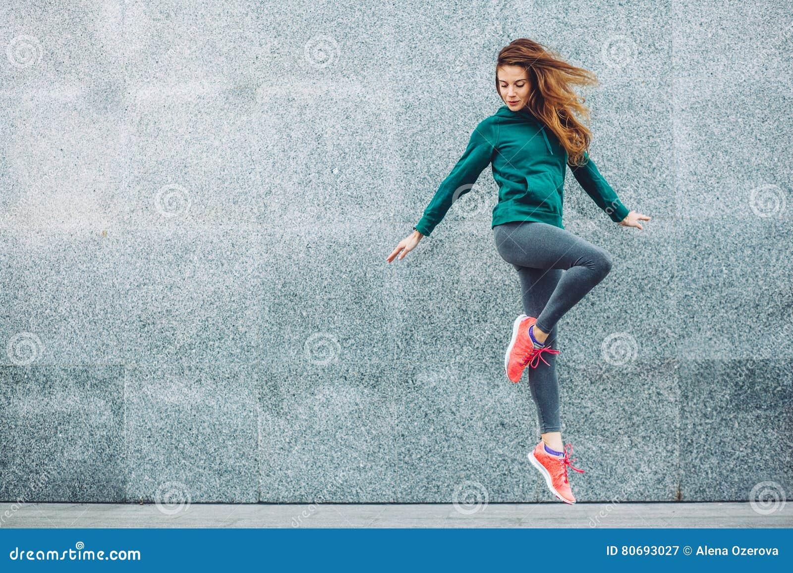 Девушка спорта фитнеса в улице