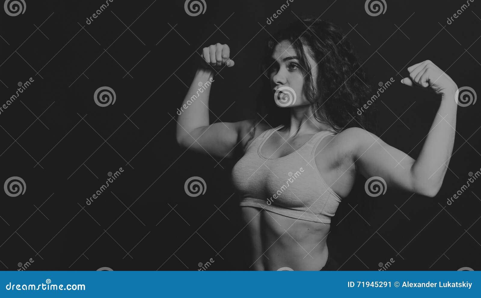 Девушка спорт на темной предпосылке