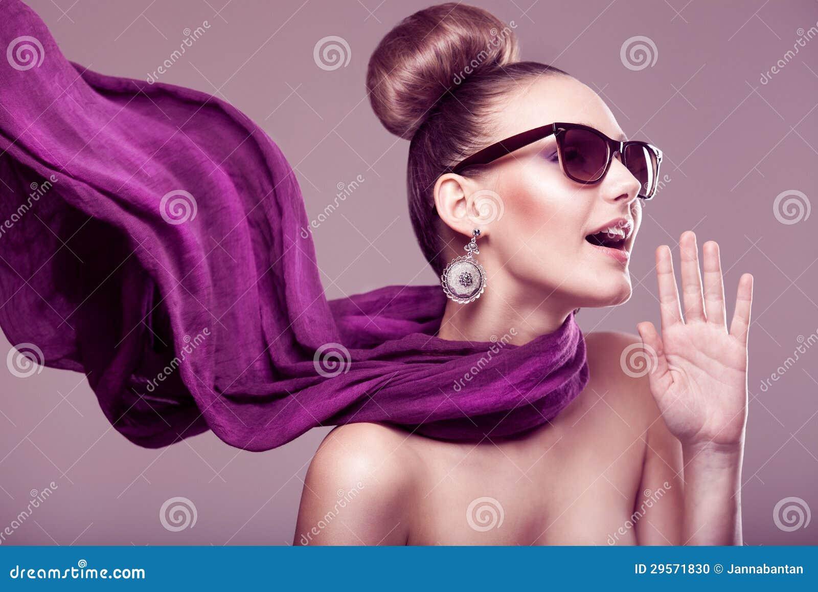 Девушка способа с шарфом