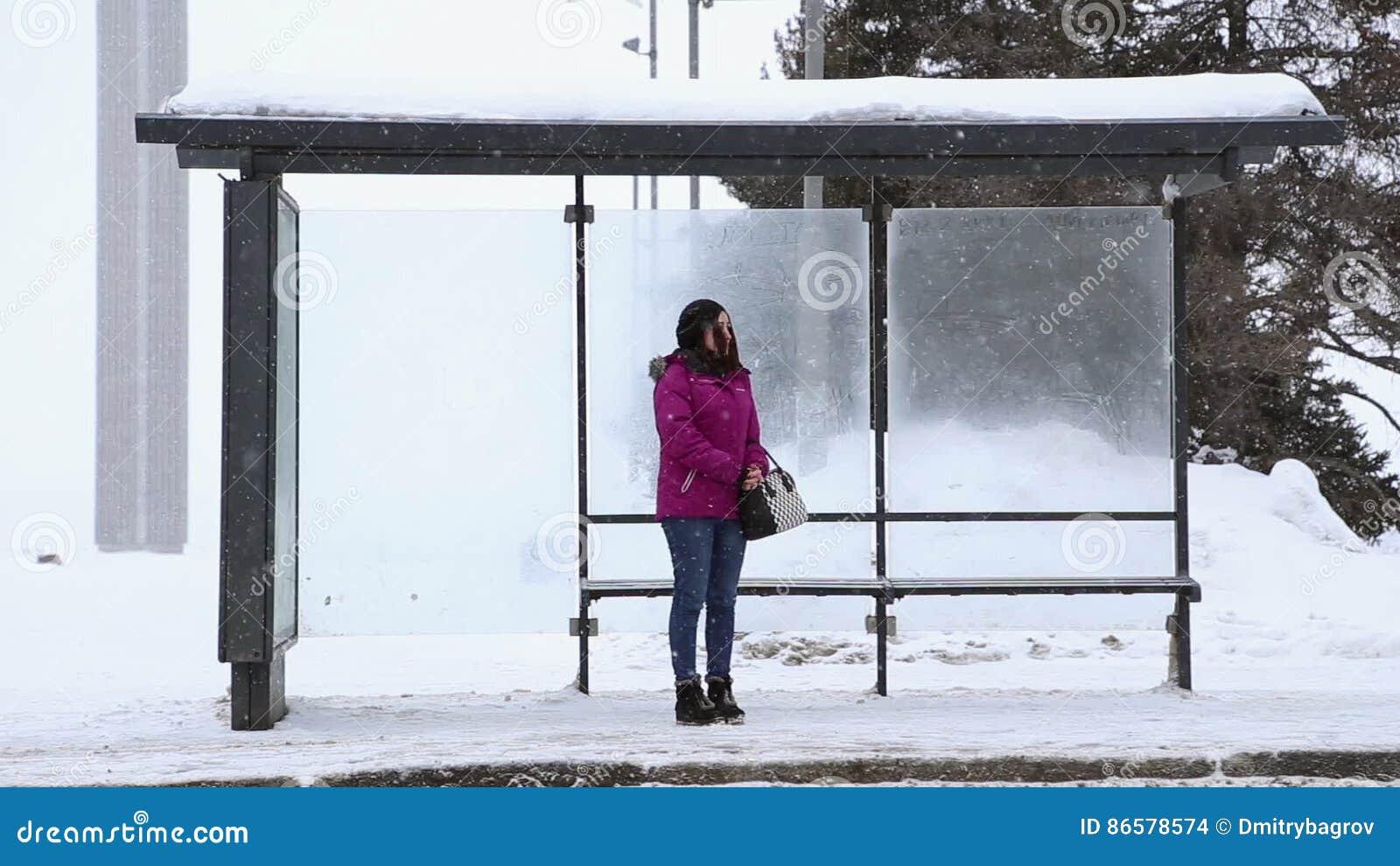 Девушка на автобусной остановке
