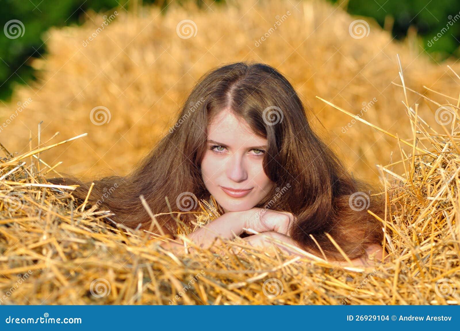 На сене с девушкой фото