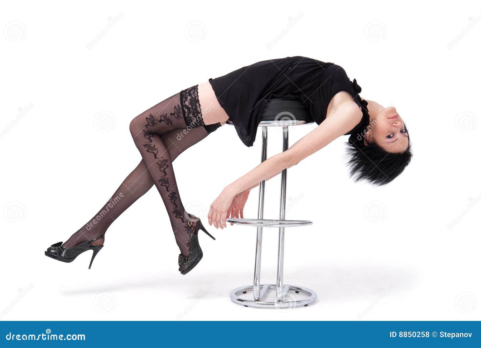 Девушка лежа на стуле