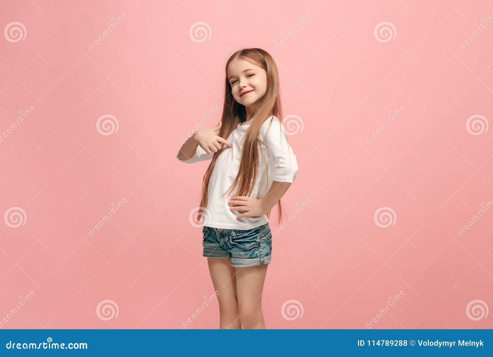 Девушка счастливого успеха предназначенная для подростков празднуя был победителем Динамическое напористое изображение женской мо