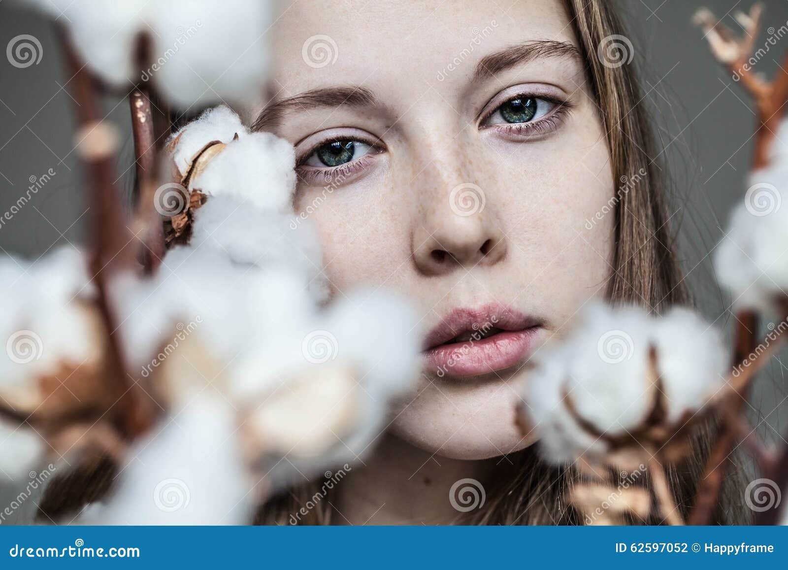 Девушка с букетом хлопка
