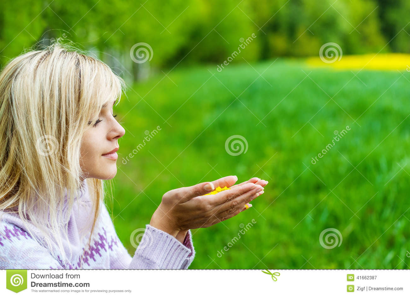 Девушка с лепестками цветка
