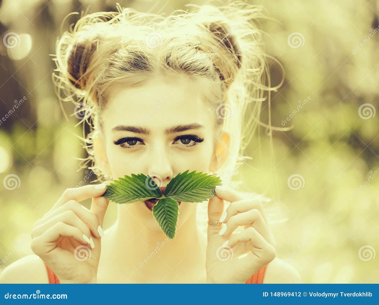 Девушка с зелеными листьями