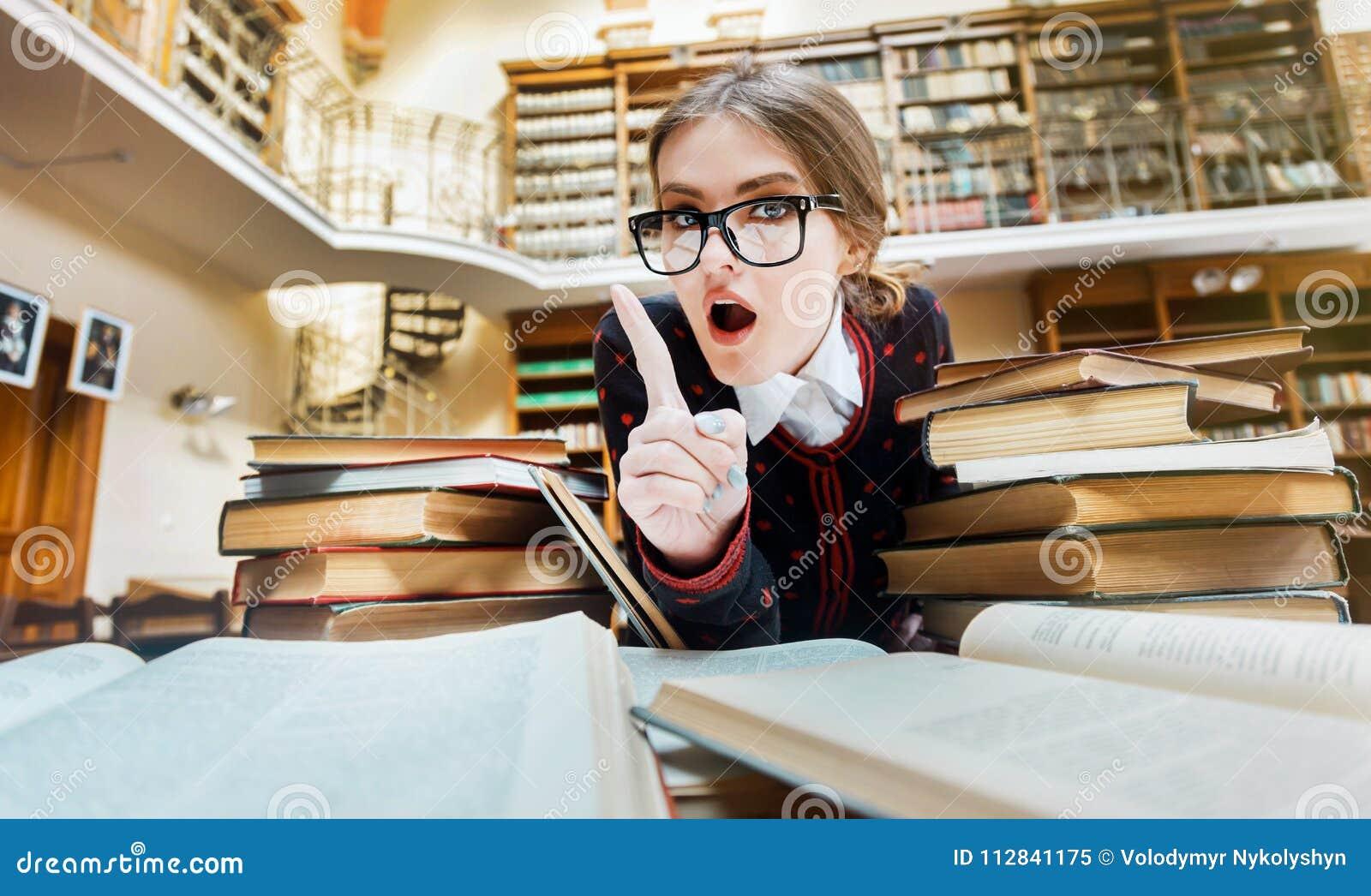 Сексапильная девушка в библиотеке