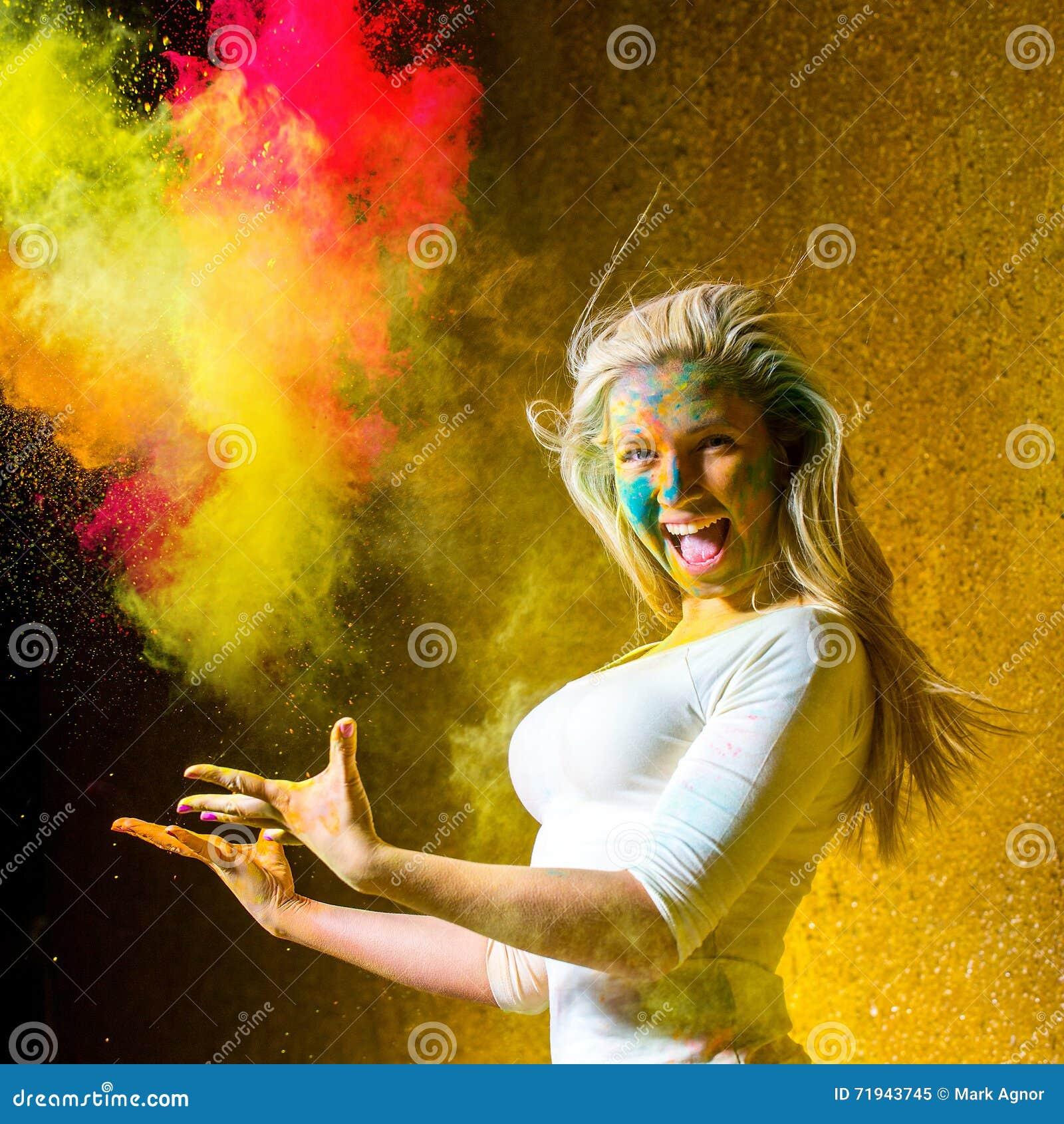 Девушка с красками holi