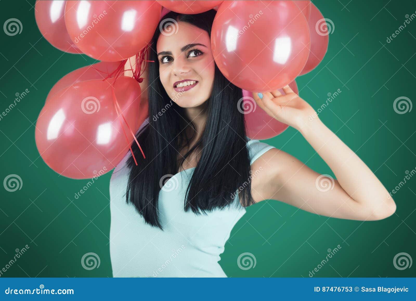 Девушка с красными воздушными шарами