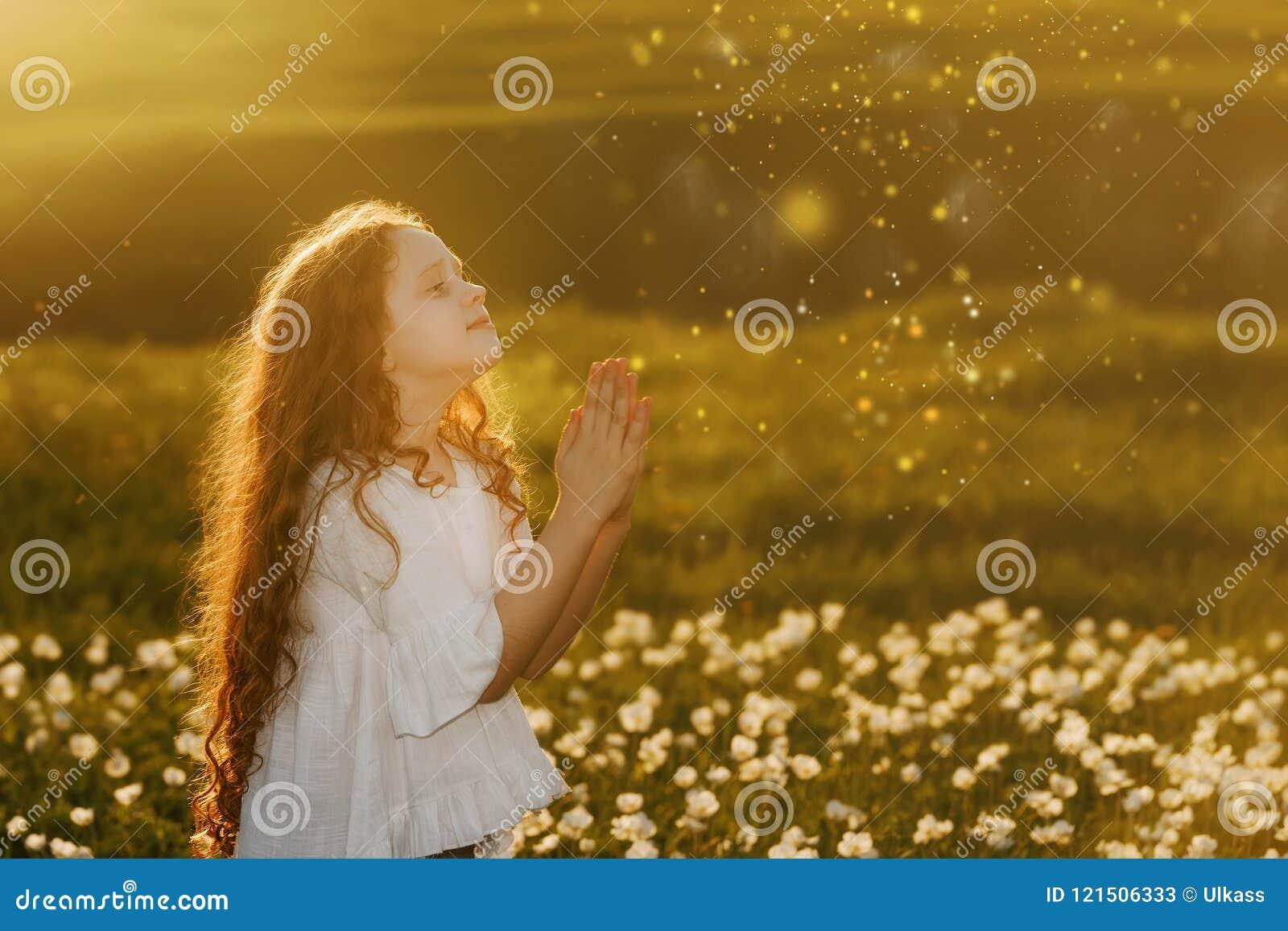 девушка с молить Мир, надежда, мечтает концепция