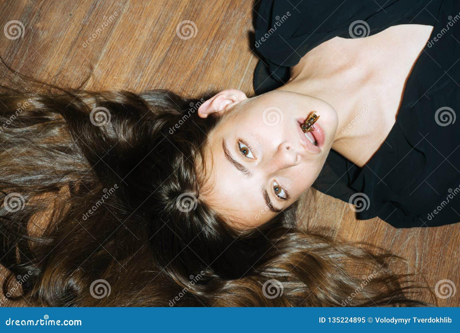 Девушка с пчелой затягивать лицевой подтяжки лица кожи Партия masquerade хеллоуина Девушка моды красоты с пчелой на губах