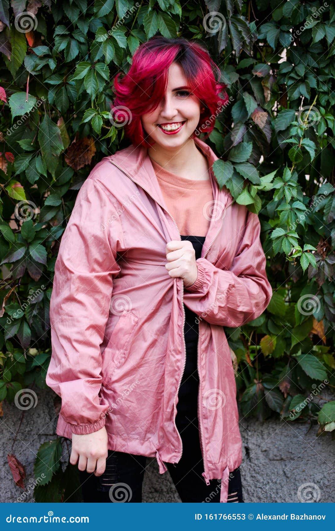 Веб девушка модель розовые волосы вебкам эротика видео веб моделей