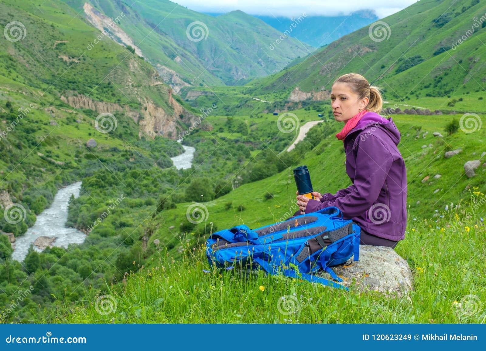 Девушка с рюкзаком в горах панорама