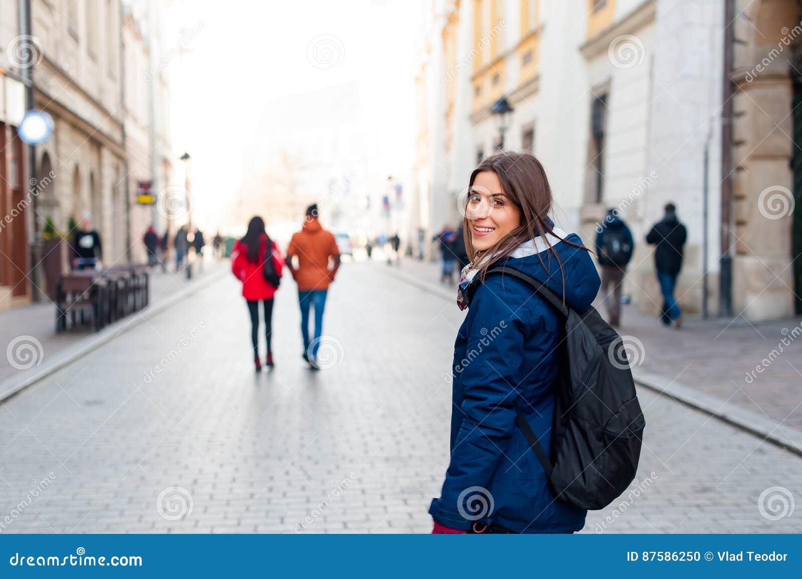 картинки девушка с рюкзаком