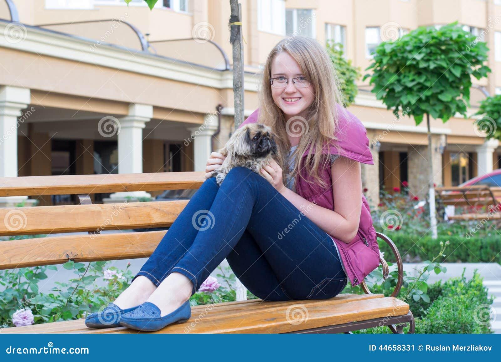 Девушка с собакой на стенде