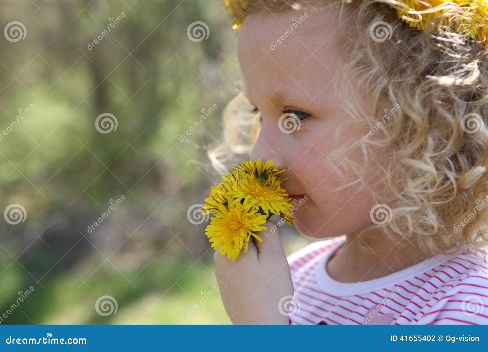 Девушка с цветками