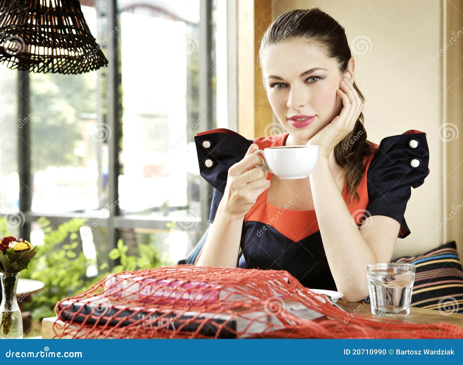 фото девушка с чашкой кофе в руках