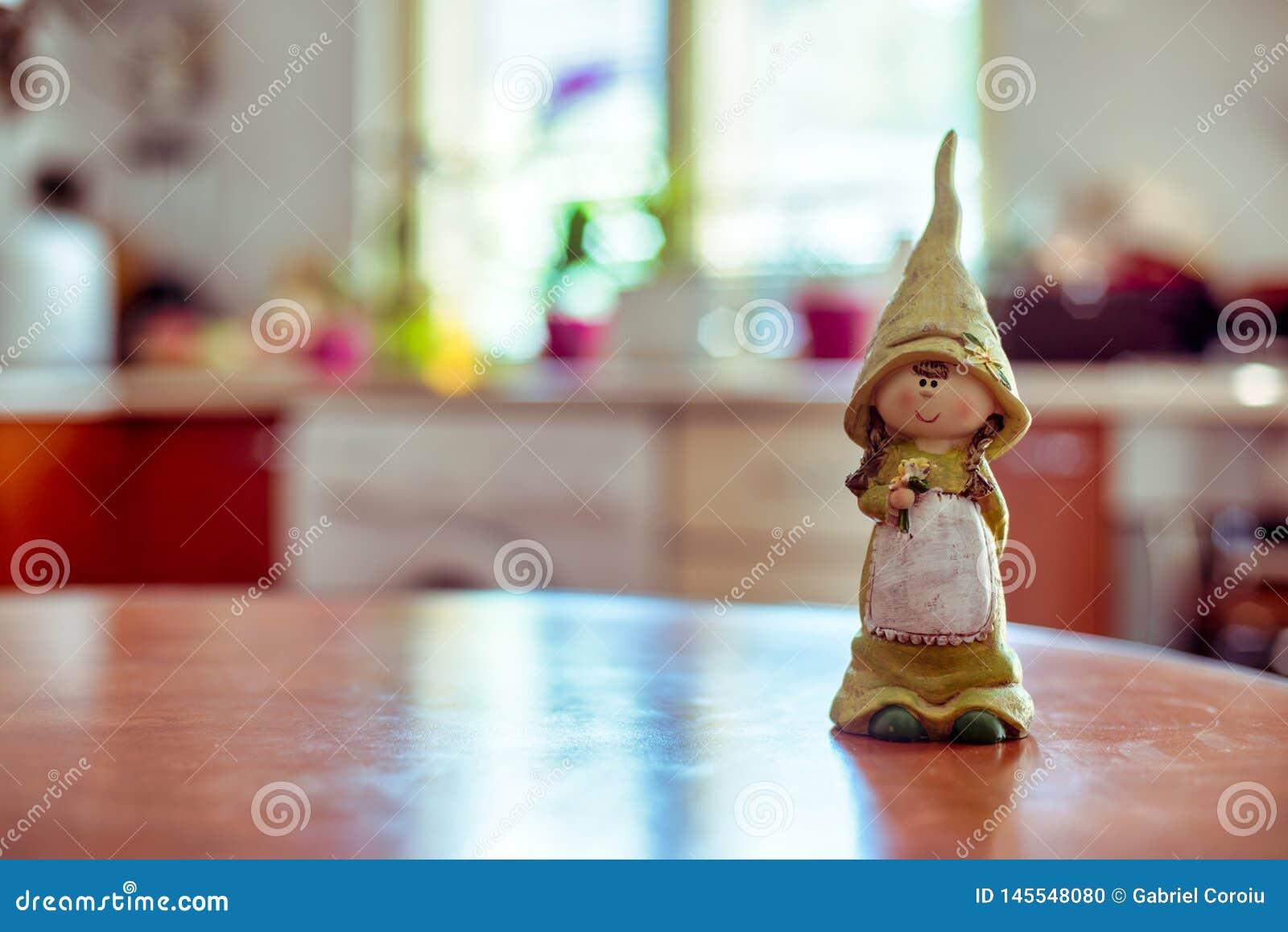 Девушка талисмана говорит вам доброе утро в кухне