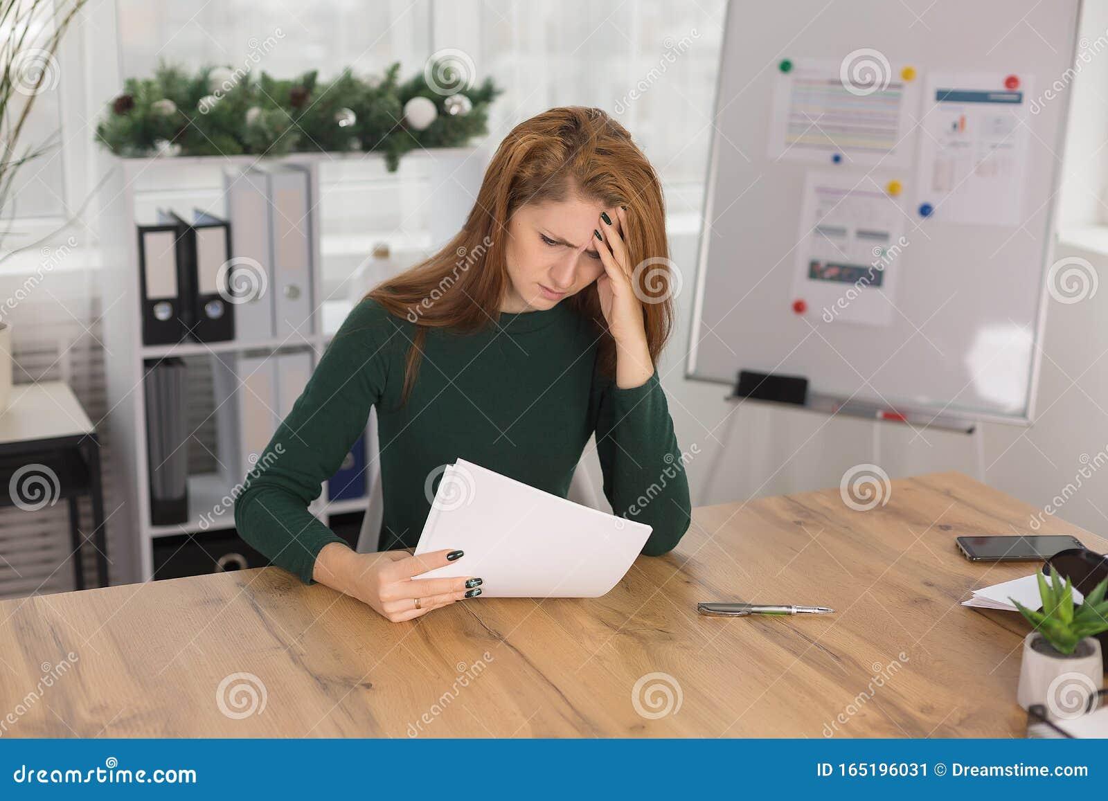 девушки устала на работа