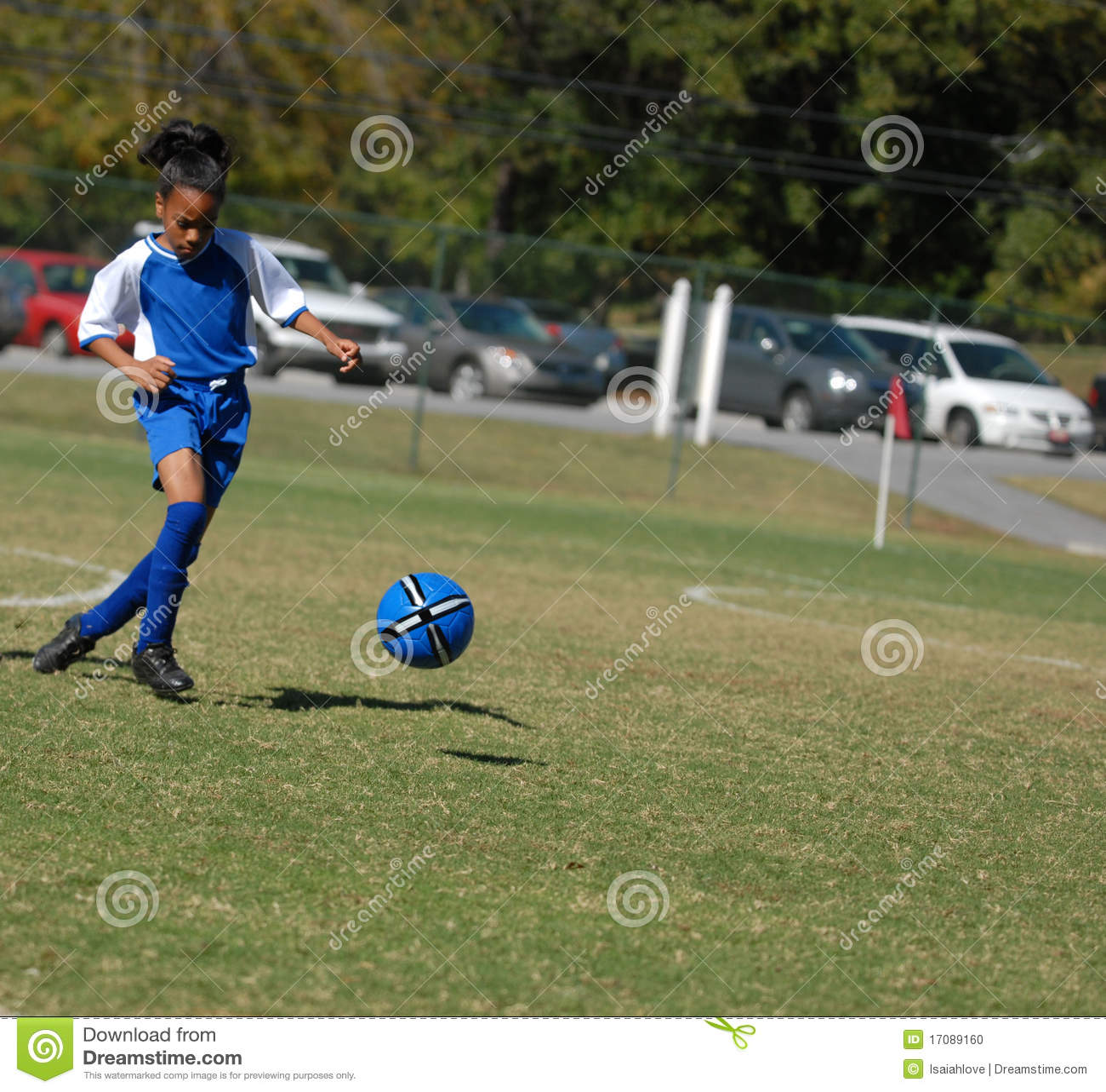 девушка фокуса играя футбол