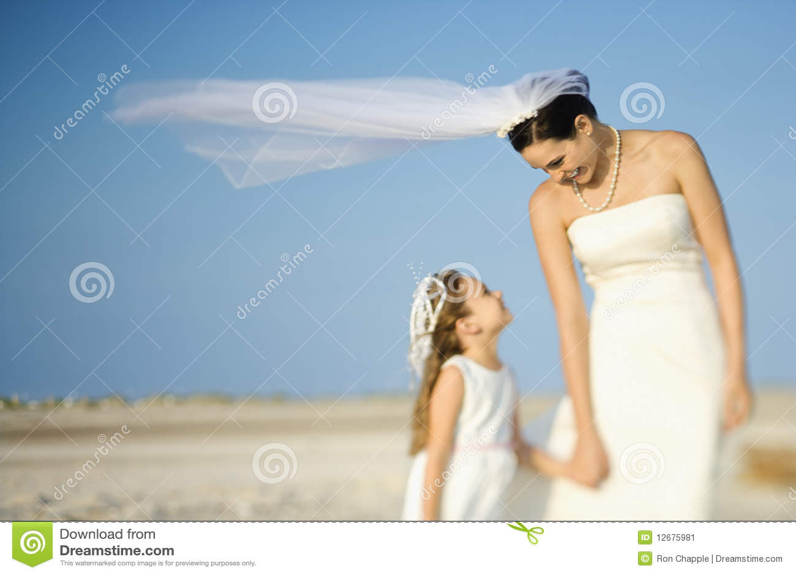 девушка цветка невесты пляжа
