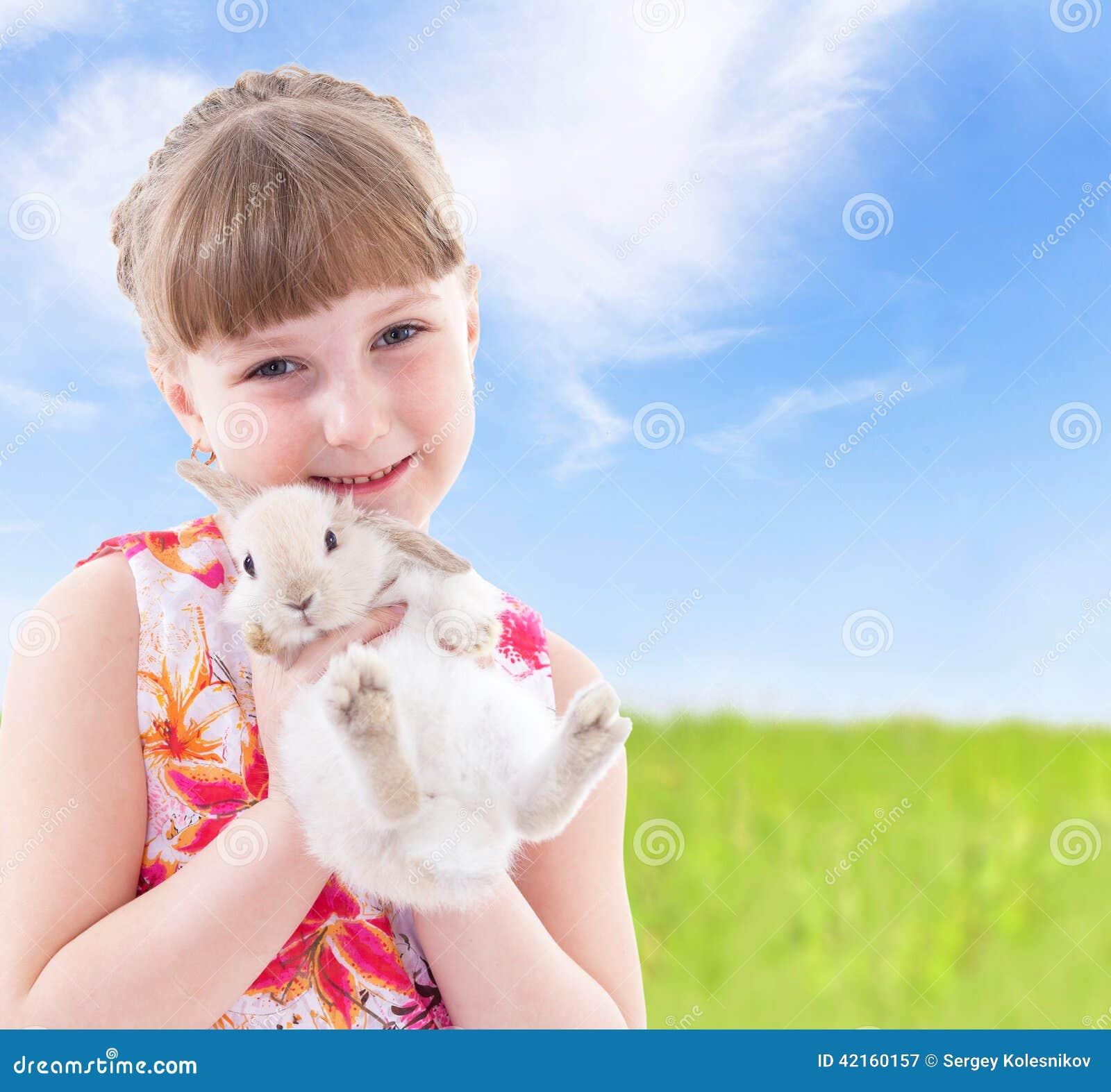 Девушка целуя кролика