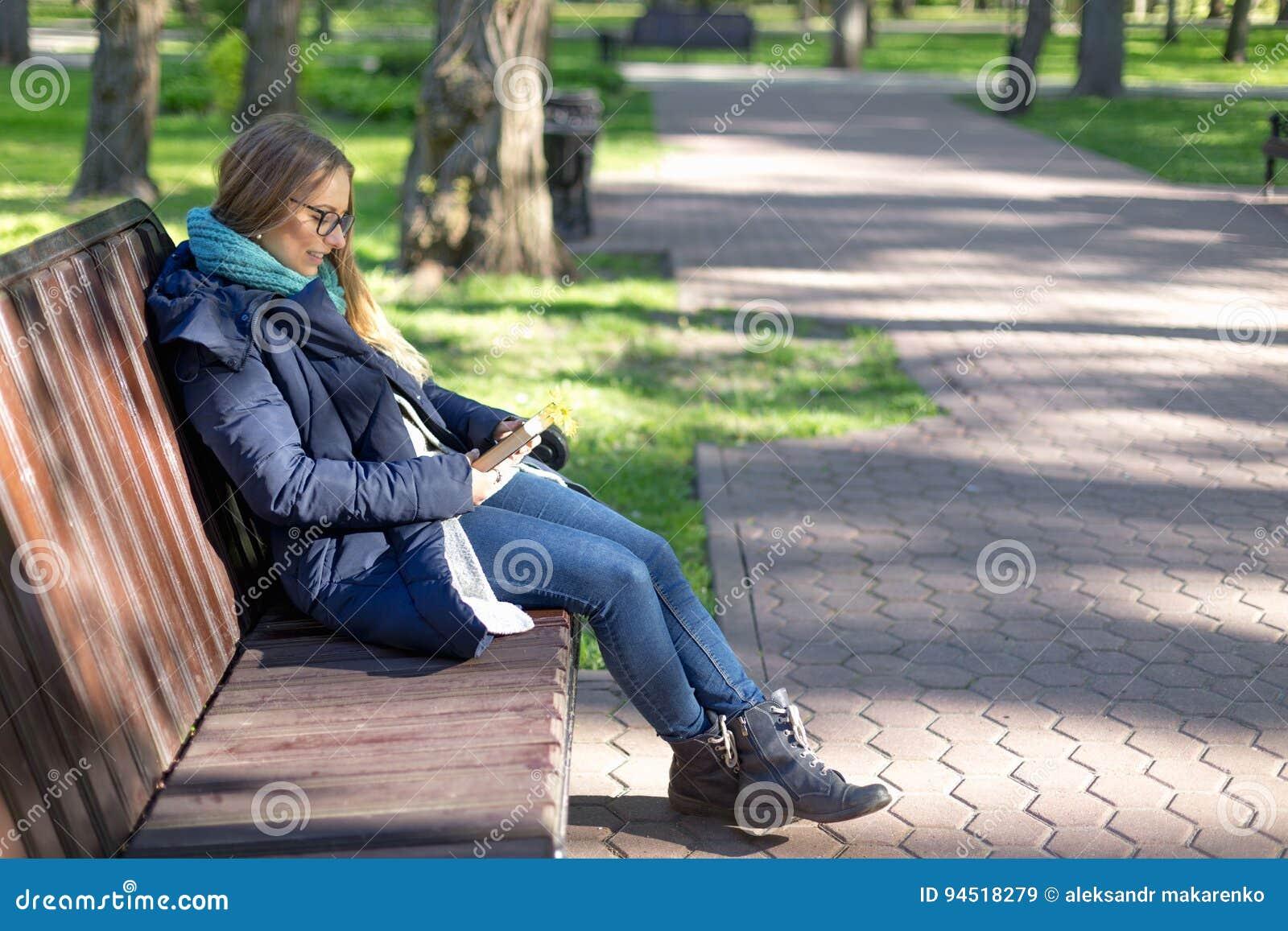 Девушки сосут в парке на людях