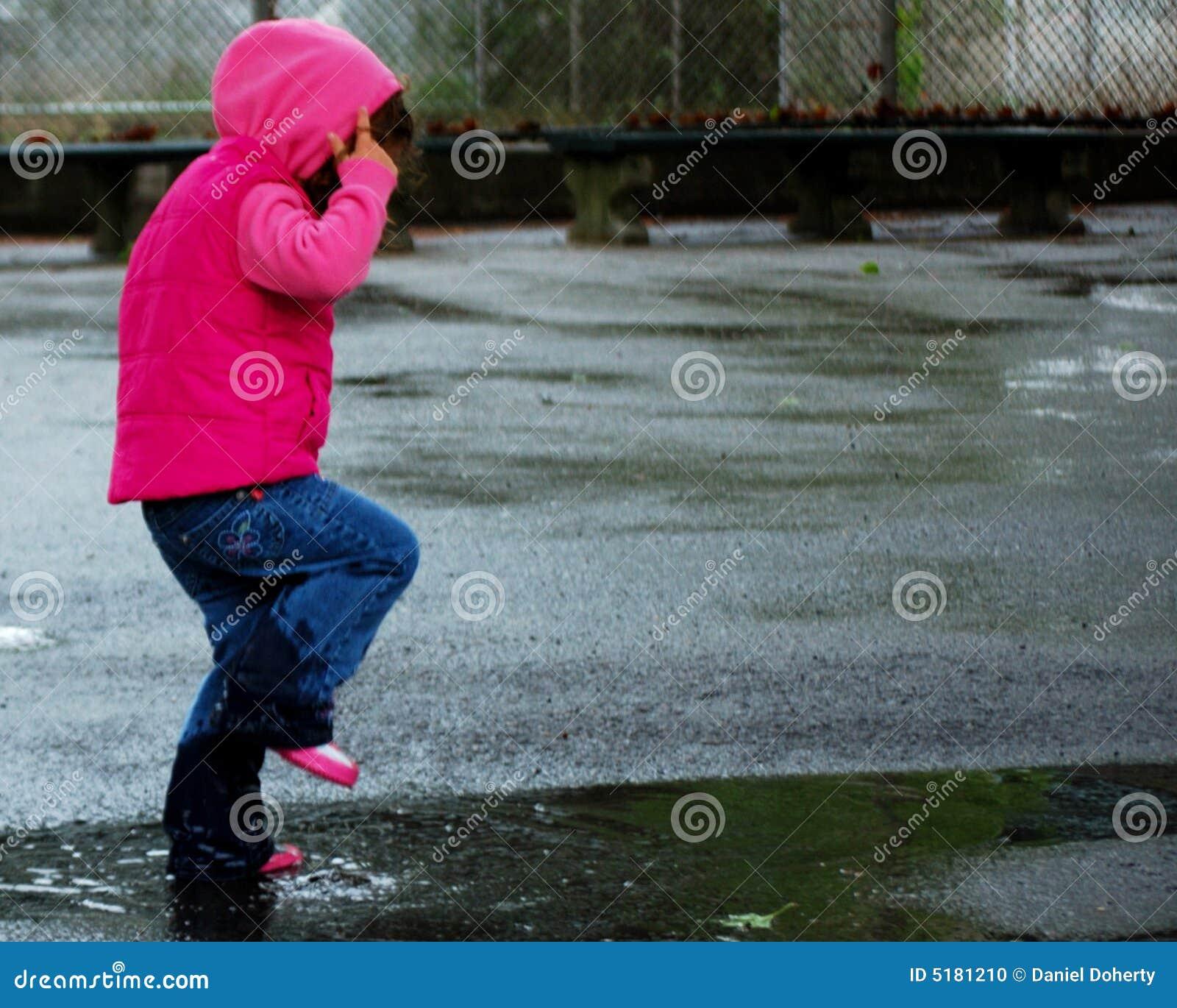 девушка 3 скача меньшяя лужица