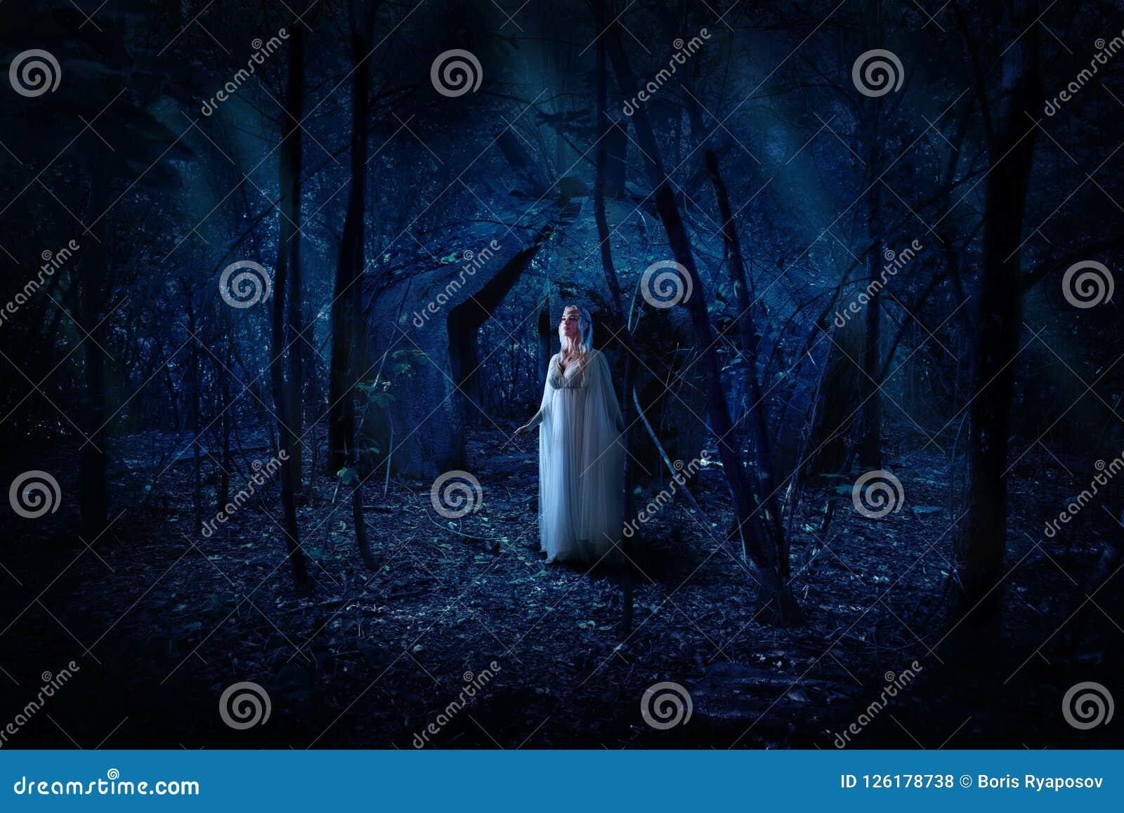 Девушка Elven в лесе ночи