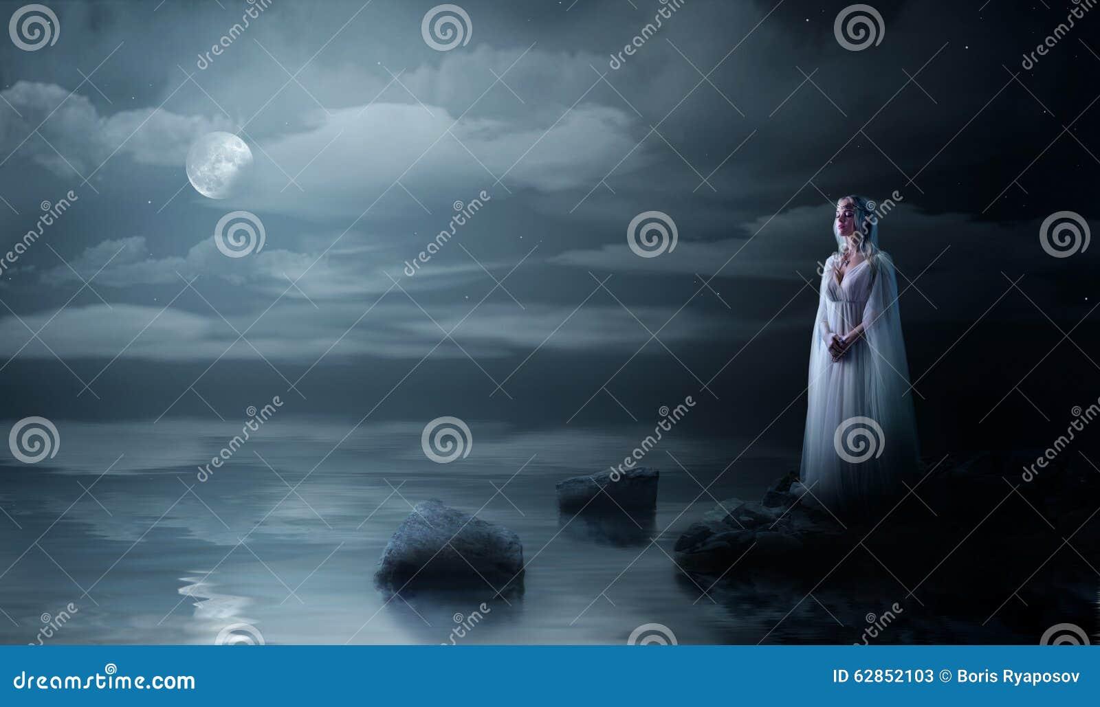 Девушка Elven на морском побережье