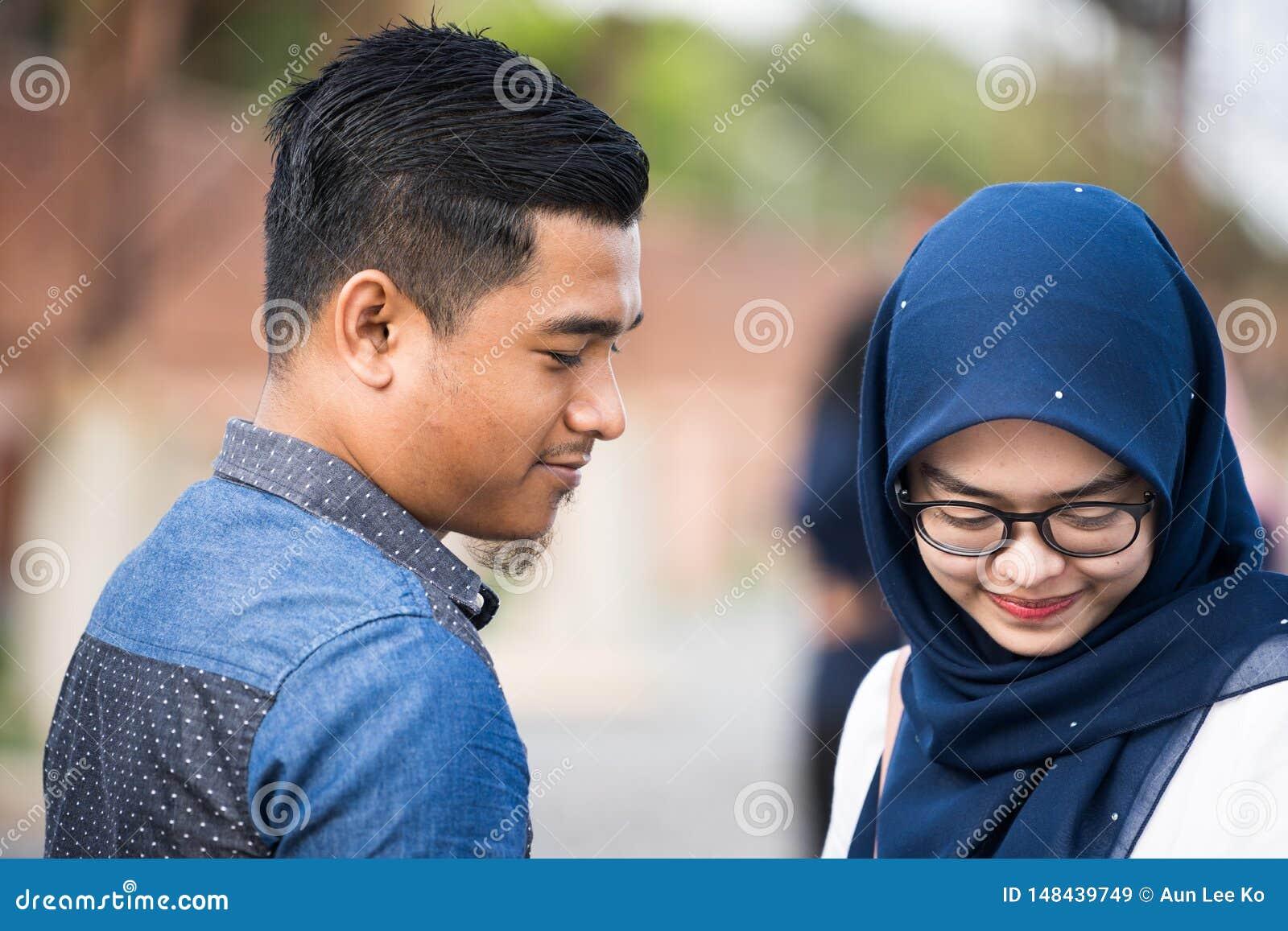Девушка Hijab ослабляя на взморье