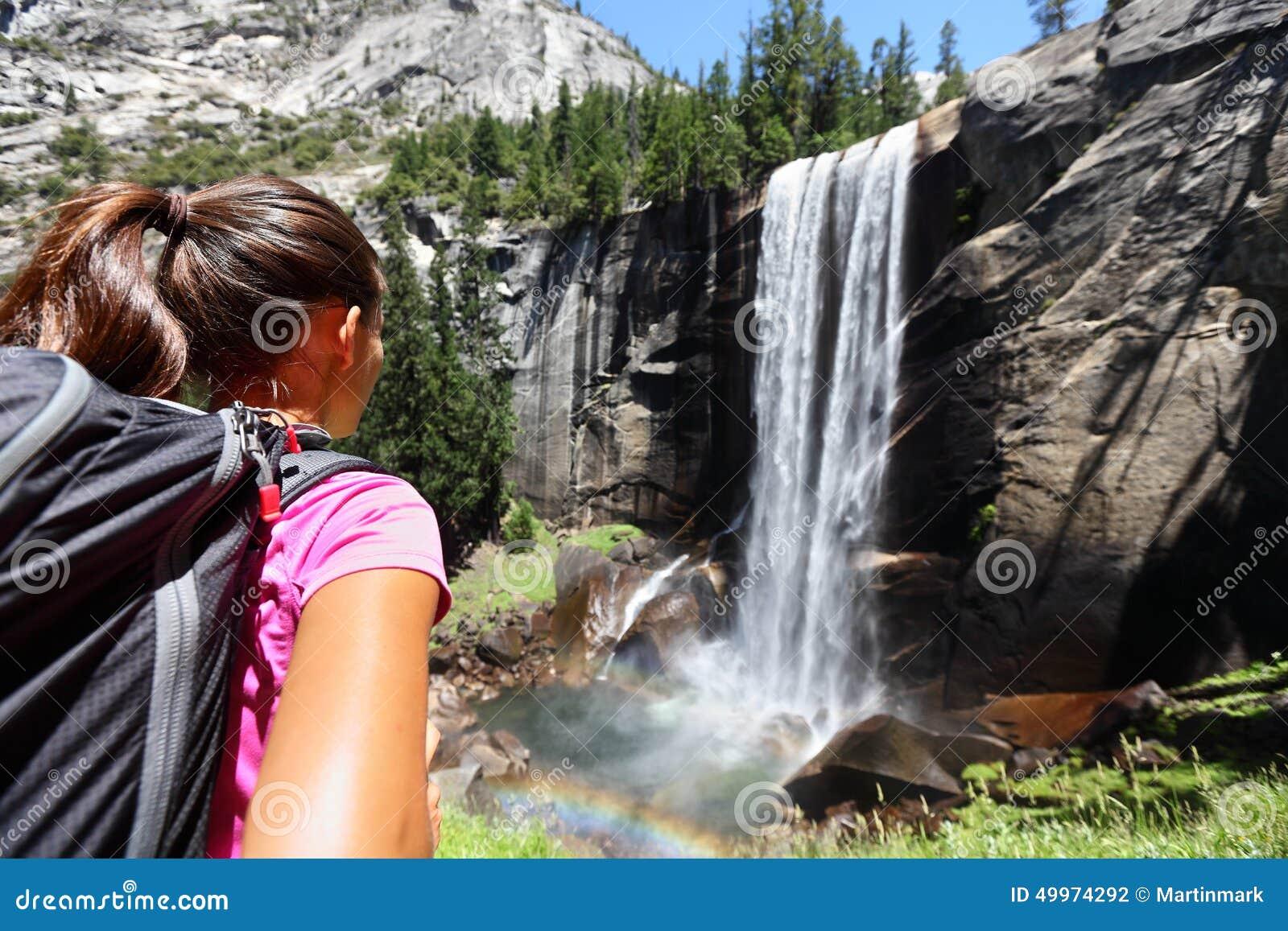 Девушка Hiker смотря весеннее падение, Yosemite, США