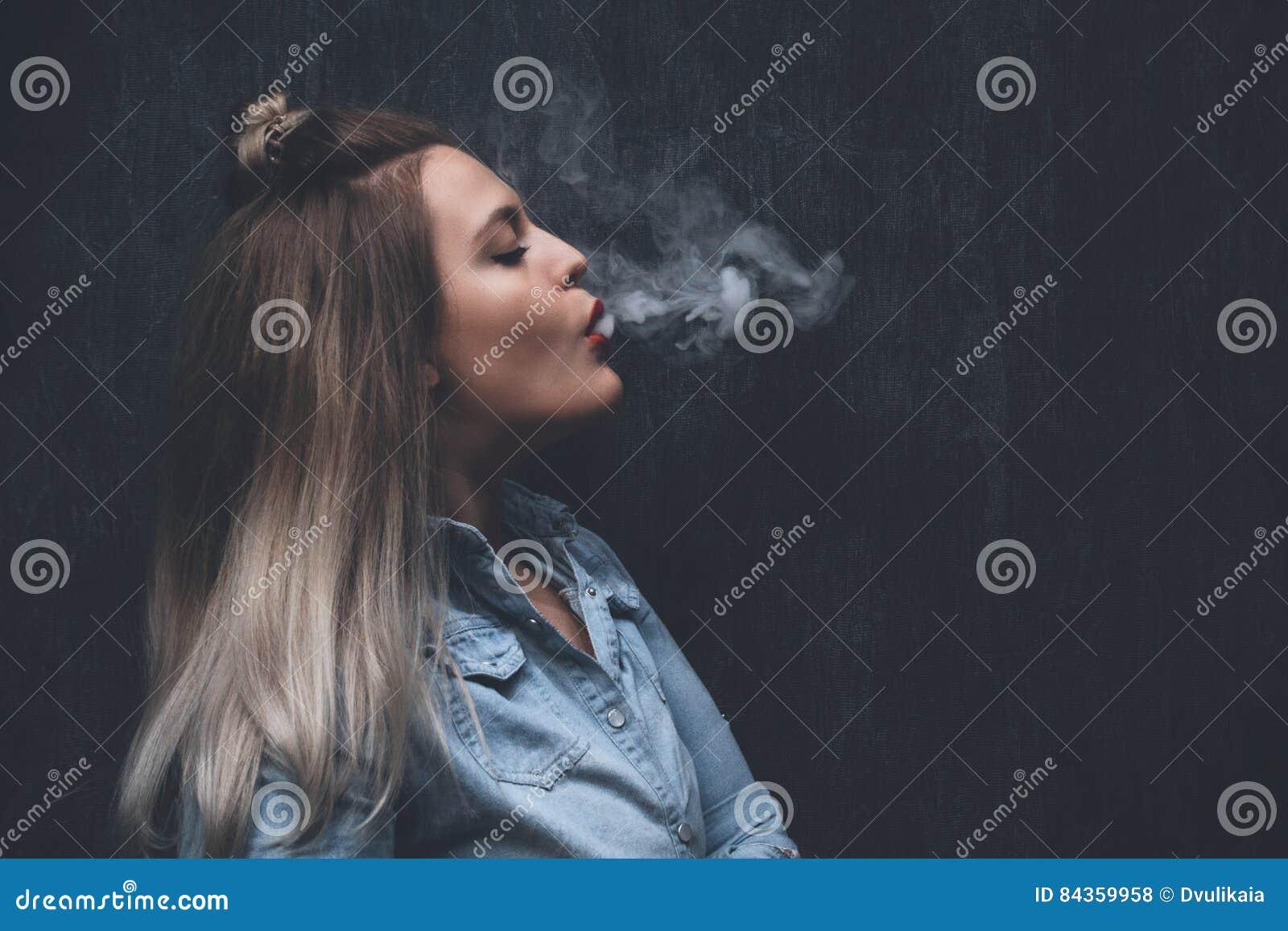 картинка девушка курит
