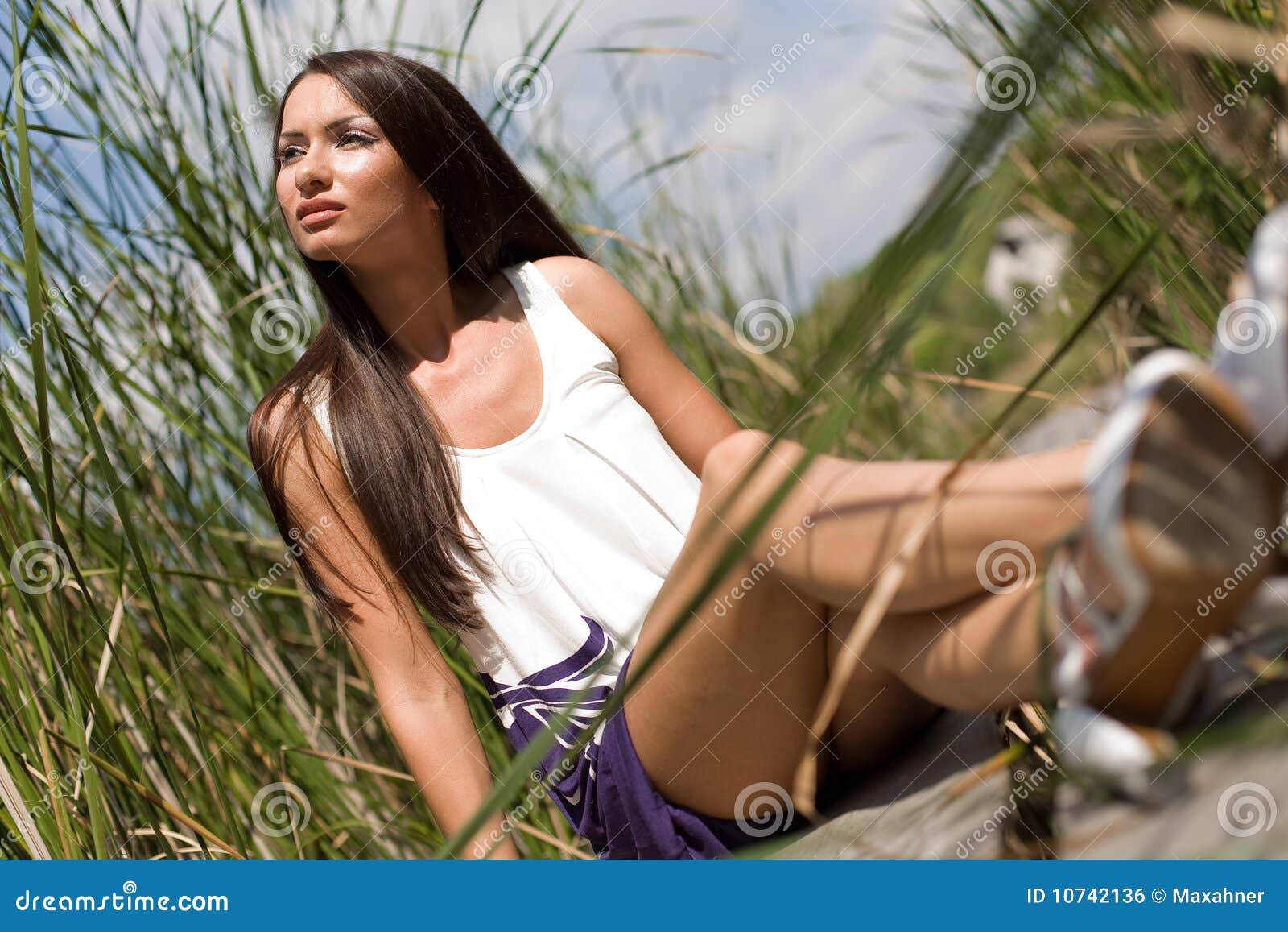 девушка outdoors сидя детеныши