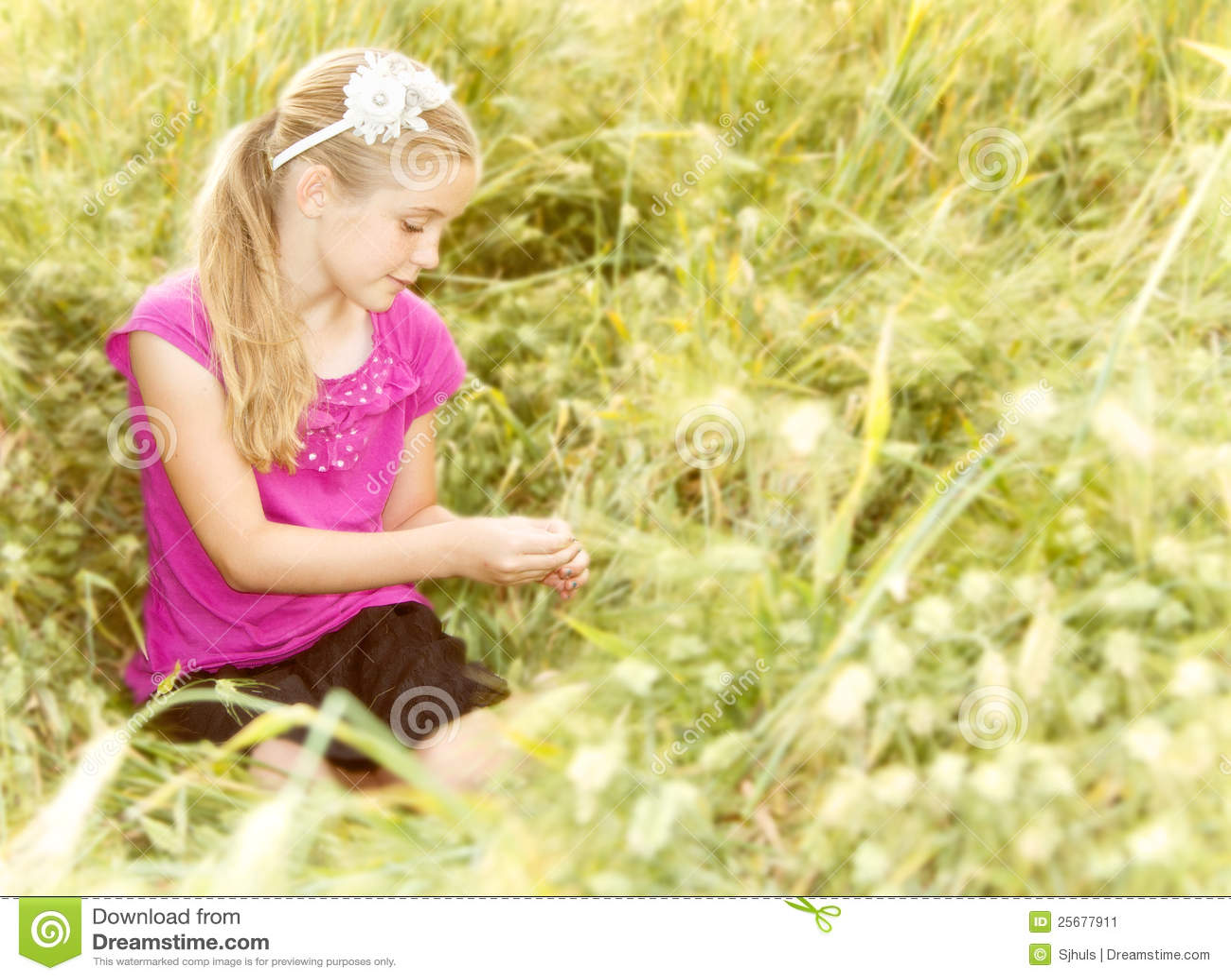 девушка outdoors сидя