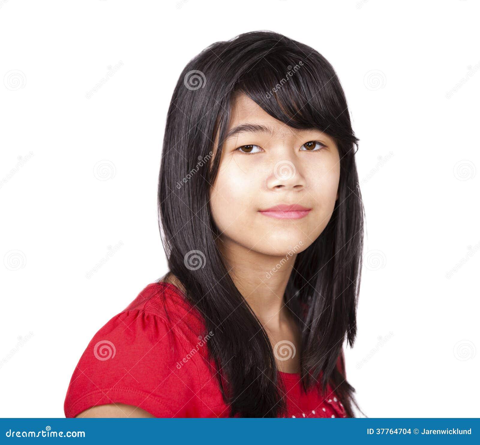 Девушка Preteen biracial в красной рубашке на белой предпосылке