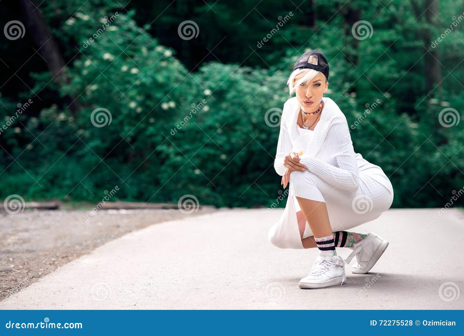Download Девушка Swag привлекательная женская представляя с леденцом на палочке в природе Стоковое Фото - изображение насчитывающей красивейшее, природа: 72275528