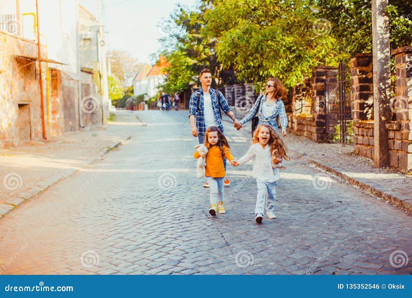 Девушки бежать к камере пока идущ outdoors