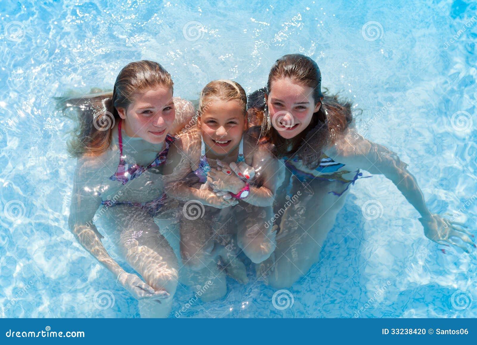 три девки а бассейне