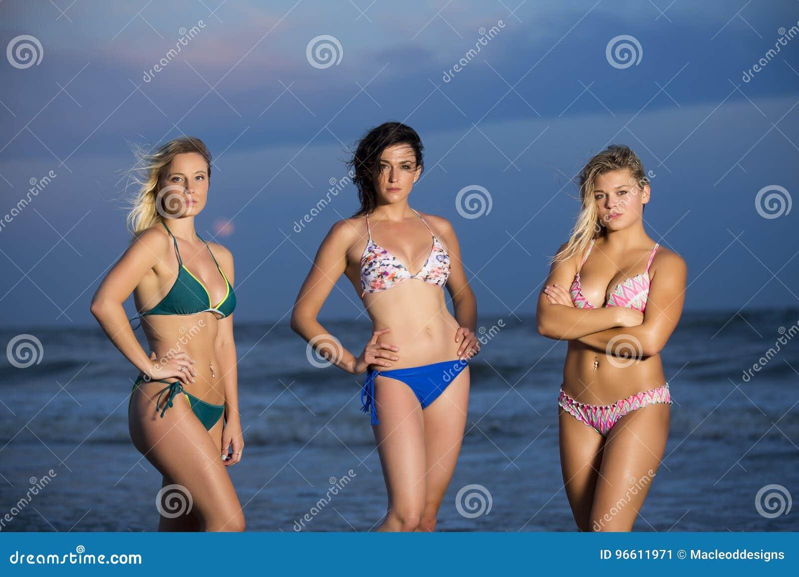 Девушки в бикини на пляже